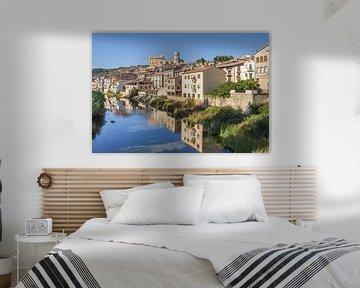 Blick über den Fluss Matarranya und die Stadt Valderrobres in Aragonien von Marc Venema