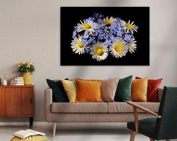 Blumenstrauß mit Gänseblümchen und Vergissmeinnicht von Corinne Welp