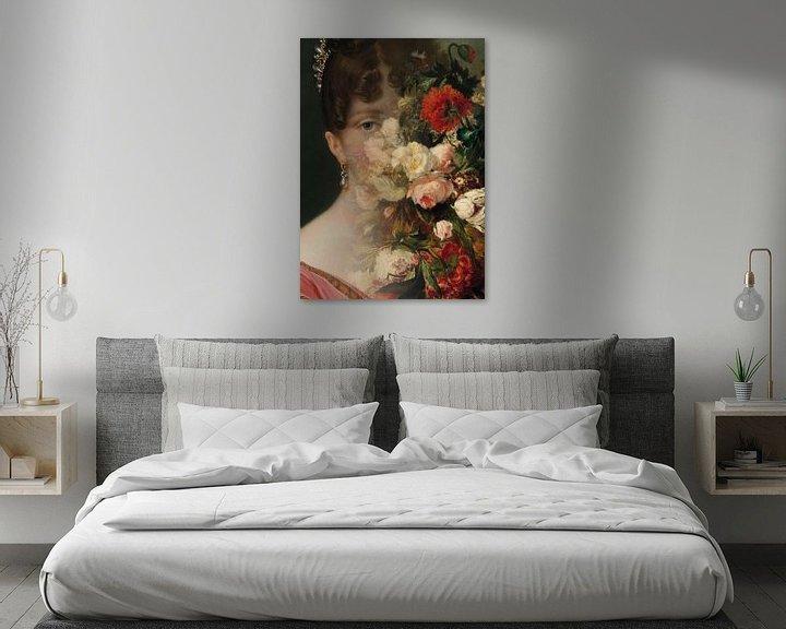 Sfeerimpressie: Portret van Hortense de Beauharnais, met bloemstilleven. van Studio Maria Hylarides