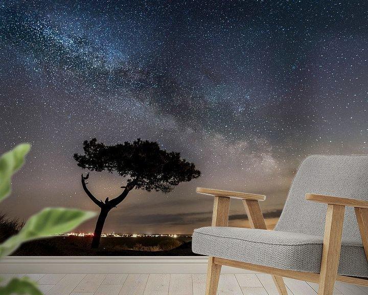 Sfeerimpressie behang: Eenzame boom van Marjolein van Roosmalen