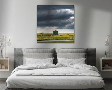 Grange dans le Workumer Waard avec un ciel fermement nuageux sur Harrie Muis