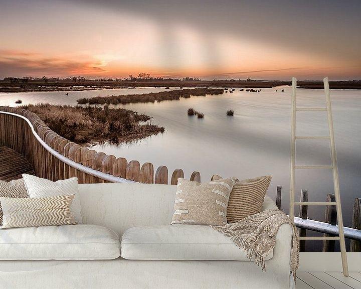 Sfeerimpressie behang: Zonsondergang bij hekwerk in het natuurgebied de Onlanden van Martijn van Dellen
