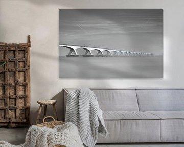 De bekende Zeelandbrug in zwart-wit van Tim Vrijlandt