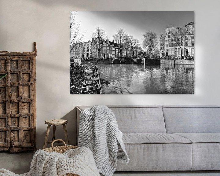 Sfeerimpressie: Binnenstad van Amsterdam Nederland Zwart-Wit van Hendrik-Jan Kornelis