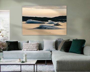 Schwimmende Eisschollen in einem isländischen See von Sophia Eerden