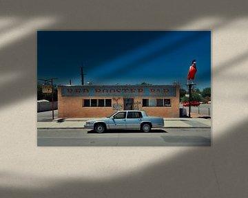 Vintage car bij Red Rooster Bar langs de route 66 Verenigde Staten.