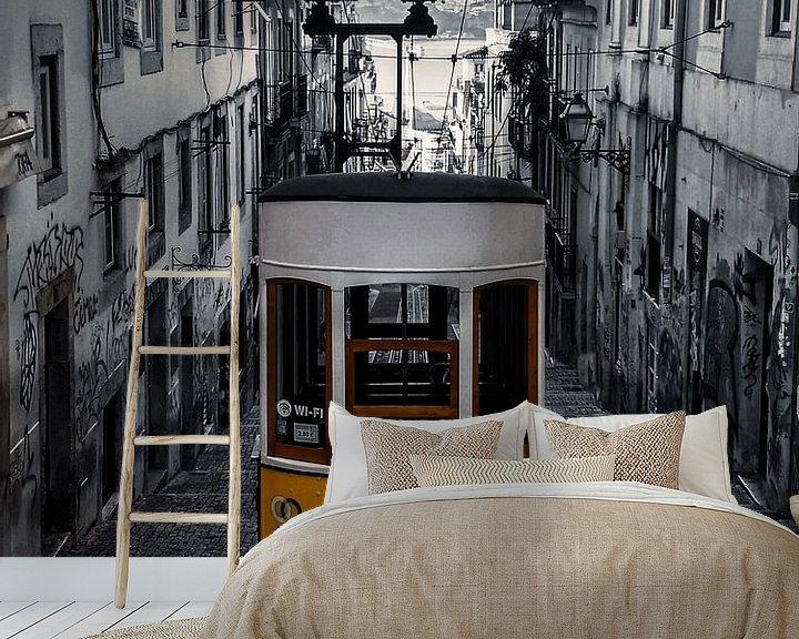 Beispiel fototapete: Gelbe Straßenbahn Lissabon, schwarz und weiß von Nynke Altenburg
