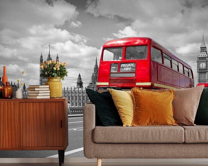 Sfeerimpressie behang: Houses of Parliament & Red Buses on Westminster Bridge van Melanie Viola