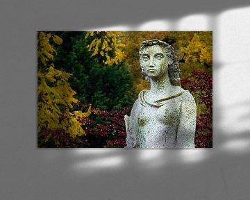 Frau im Garten von Klaartje Majoor