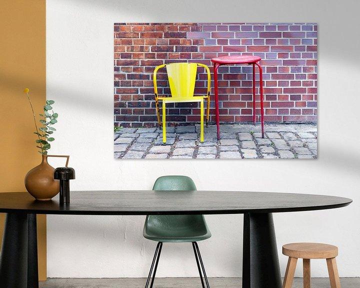 Impression: Chaise et table devant un mur de briques - Nature morte sur Frank Herrmann