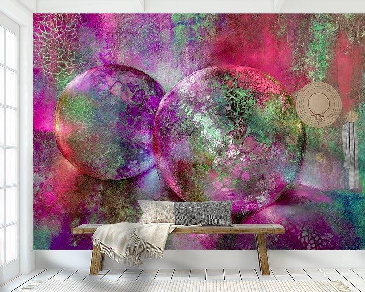 Sfeerimpressie behang: Kleine schatten - glazen bollen in het licht met rood, paars en turkoois van Annette Schmucker