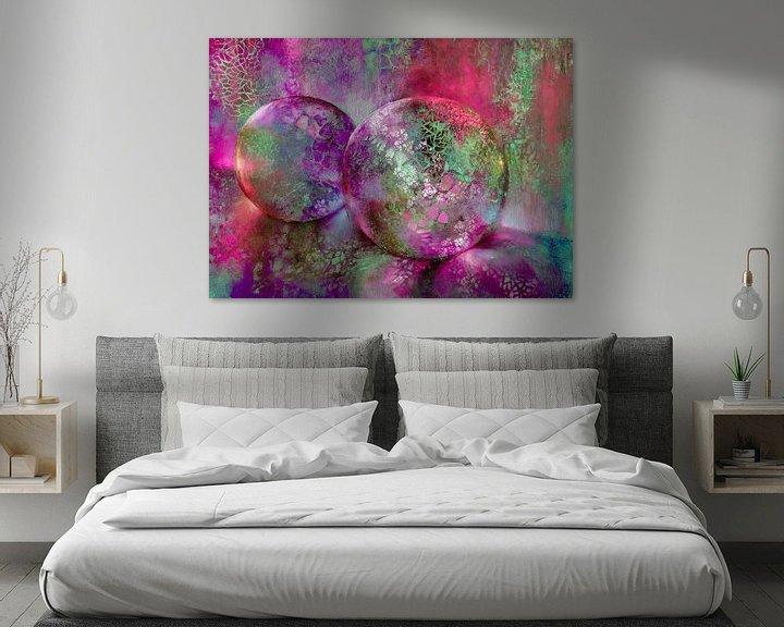 Sfeerimpressie: Kleine schatten - glazen bollen in het licht met rood, paars en turkoois van Annette Schmucker