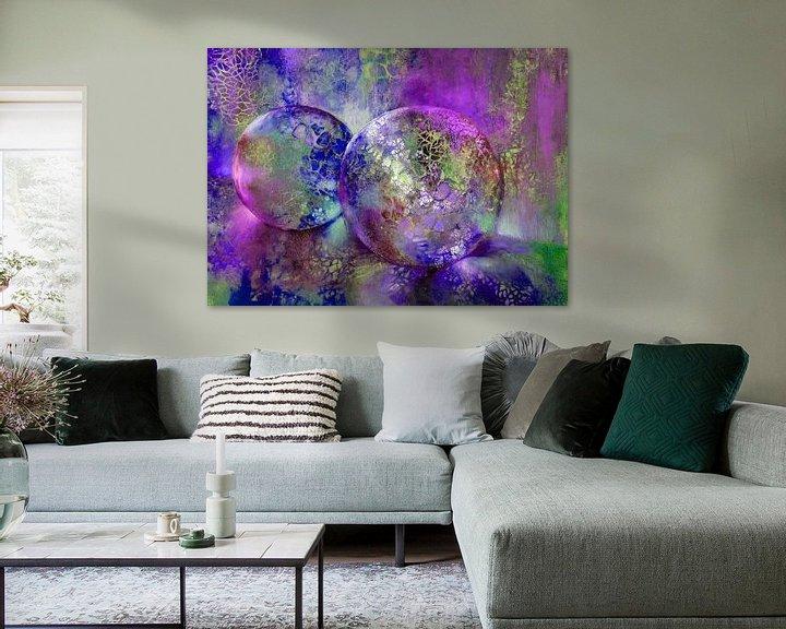 Sfeerimpressie: Kleine schatten - glazen bollen in het licht met violet, paars en blauw van Annette Schmucker