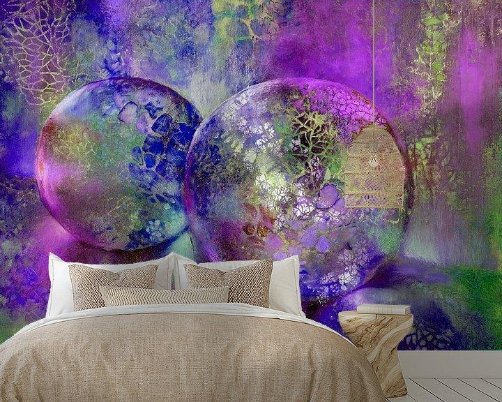 Sfeerimpressie behang: Kleine schatten - glazen bollen in het licht met violet, paars en blauw van Annette Schmucker