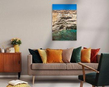 Klares blaues Wasser an den Klippen von Comino I Malta von Manon Verijdt