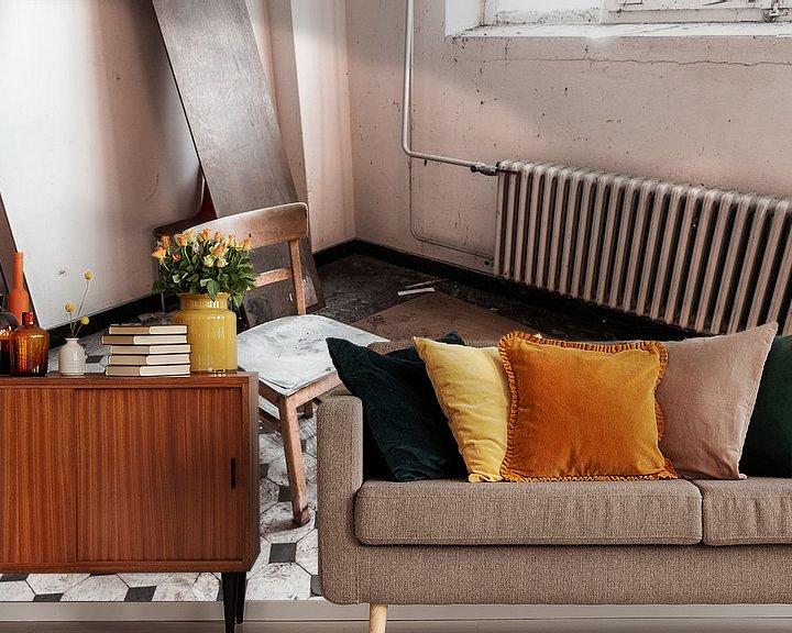 Sfeerimpressie behang: Eenzame stoel van Franziska Pfeiffer