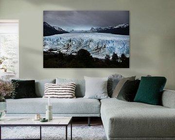Sombere sfeer op de Perito Moreno gletsjer in Patagonië van Christian Peters