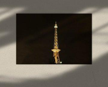 Radiotorens Berlijn in geel licht