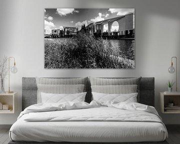 Bondskanselarij Berlijn met graspollen aan de rivier de Spree van Frank Herrmann
