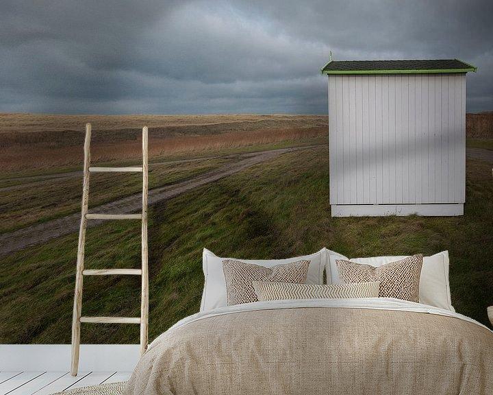 Sfeerimpressie behang: Strandhuisje wacht op transport (eiland Texel) van Margo Schoote