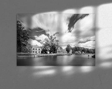 Indrukwekkend bewegdende wolken boven het dorp Oud Zuilen van Michel Geluk