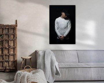 Teenager mit schwarzer Cap schaut nach unten von Besa Art