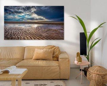 Zeezicht met strand en wolken boven de  Noordzee van eric van der eijk