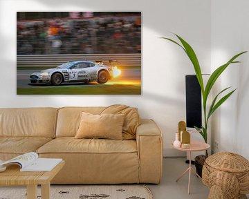 Aston Martin DBRS9 crache des flammes sur la piste de course sur Sjoerd van der Wal
