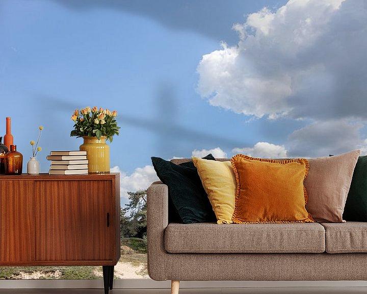 Sfeerimpressie behang: staande foto van de Veluwe met blauwe lucht en wolk van Thomas Winters