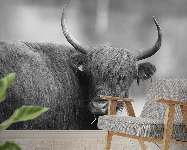 Sfeerimpressie behang: Schotse Hooglander (Zwart/Wit) van Art Wittingen