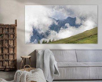 Nuages bas dans les montagnes sur Guus van der Linde