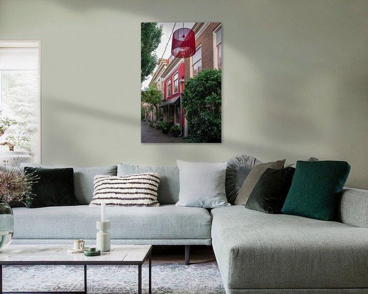 Impression: Ruelle avec maison rouge et abat-jour I Haarlem, Noord-Holland I Contraste de couleurs I Photographi sur Floris Trapman