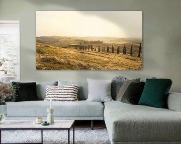 Wunderschöne toskanische Landschaft mit dem berühmten Landhaus und die von Zypressen umgebene Landst von Besa Art
