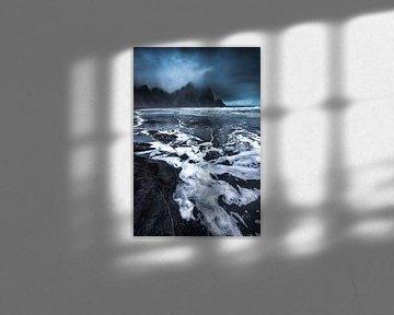 Landschap op IJsland aan de Atlantische Oceaan in stormachtig licht en weer. van Voss Fine Art Fotografie