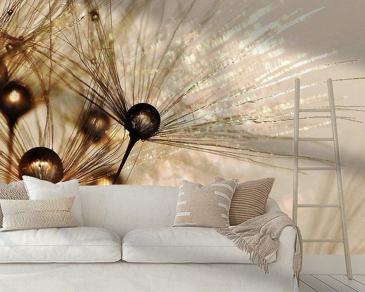 Sfeerimpressie behang: Paardenbloem gouden druppels van Julia Delgado