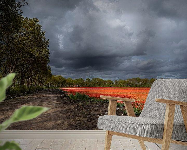 Sfeerimpressie behang: Dreigende wolkenlucht boven tulpenveld van Coby Koops  natuurkieker.nl