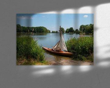 kleine kano met zeil, een replica van boot uit 1916