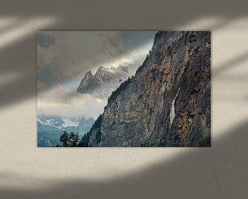 Uitzicht over de ruige rotswanden in het Lauterbrunner dal en zijn massieve bergen van Leo Schindzielorz