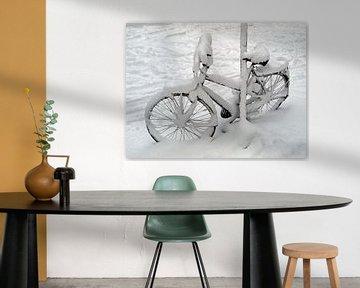 Besneeuwde fiets van Edwin Butter