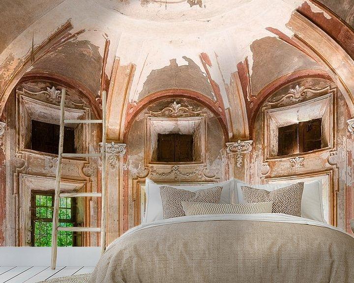 Sfeerimpressie behang: Ingang van Verlaten Villa. van Roman Robroek