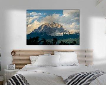 ruige bergtoppen in de Dolomieten in het avondlicht van Leo Schindzielorz