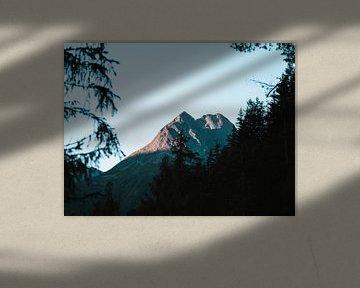 Mountain peak catching sunrise van MDGshots