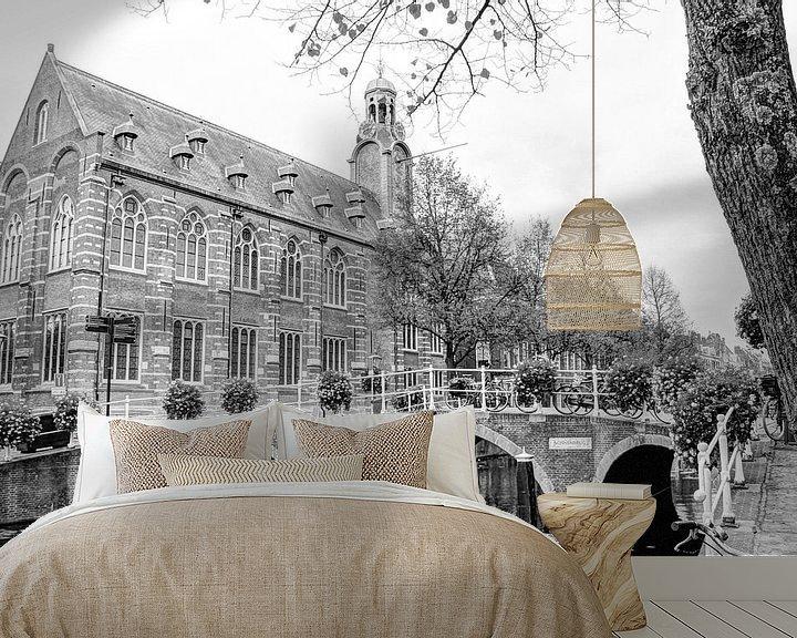 Sfeerimpressie behang: Nonnenbrug met Academiegebouw Leiden Nederland Zwart-Wit van Hendrik-Jan Kornelis
