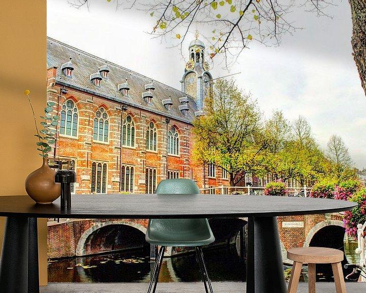 Sfeerimpressie behang: Nonnenbrug met Academiegebouw Leiden Nederland van Hendrik-Jan Kornelis