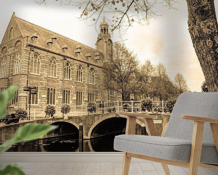 Sfeerimpressie behang: Nonnenbrug met Academiegebouw Leiden Nederland Sepia van Hendrik-Jan Kornelis