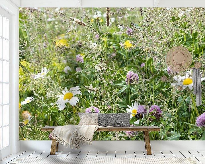 Sfeerimpressie behang: Bloemenweide van Annie Postma