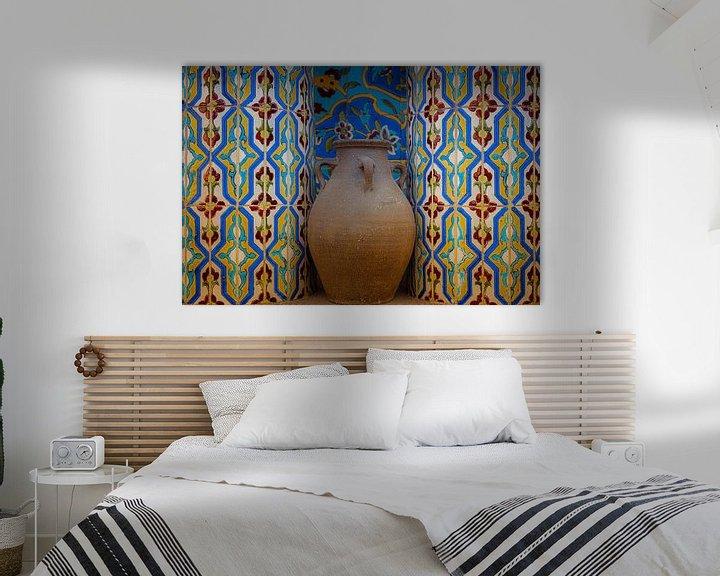 Impression: Cruche en faïence dans une niche avec des carreaux de mosaïque sur Jille Zuidema