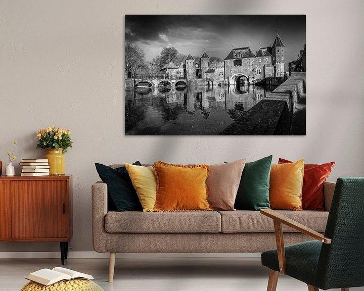 Sfeerimpressie: De koppelpoort van Amersfoort in het zwart wit. van Bart Ros
