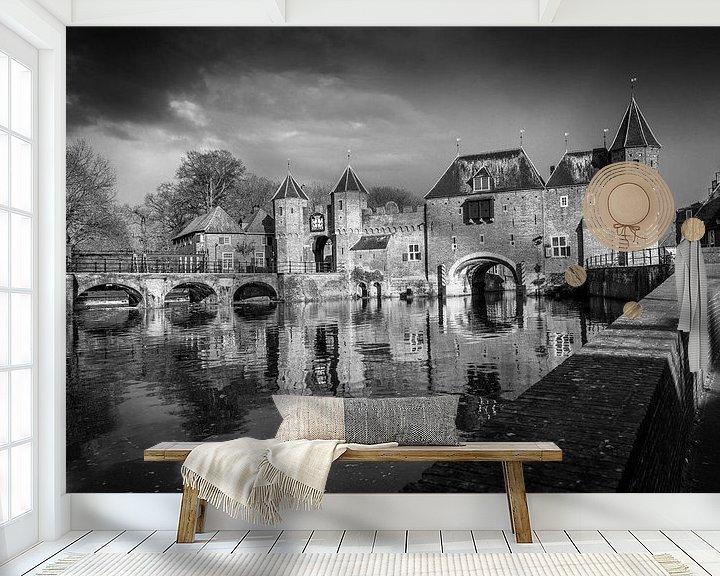 Sfeerimpressie behang: De koppelpoort van Amersfoort in het zwart wit. van Bart Ros