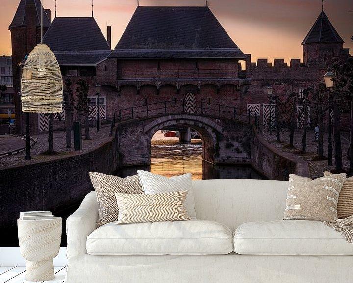 Sfeerimpressie behang: De koppelpoort van Amersfoort in de zonsondergang staande. van Bart Ros